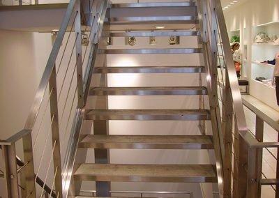 escalera-metal-piedra