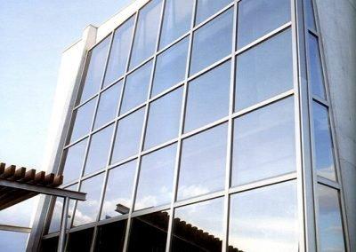 Fachada muro cortina combinada acero inoxidable y vidrio