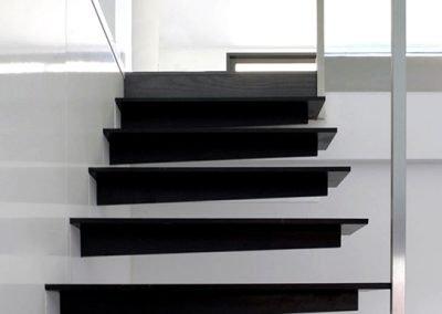 Escalera de peldaño volado con barandilla inoxidable