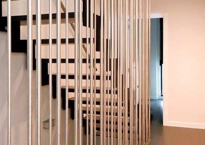 Escalera en zigzag metálica y protecciones de acero inoxidable