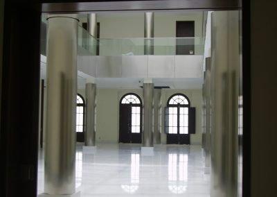 recepcion-columnas-forradas-inox-barandilla-vidrio