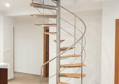 Escalera de caracol en acero inoxidable y madera