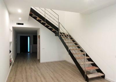 Escalera de doble zanca recta en madera y acero en Valencia