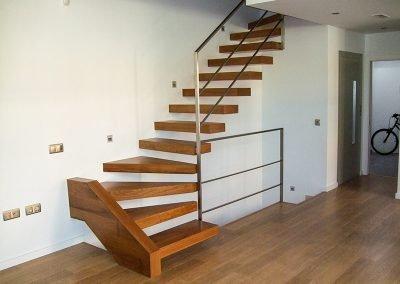 Escalera de peldaños volados en madera en Valencia