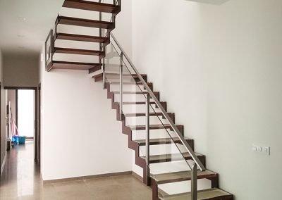 Escalera en zigzag de vidrio, acero y madera